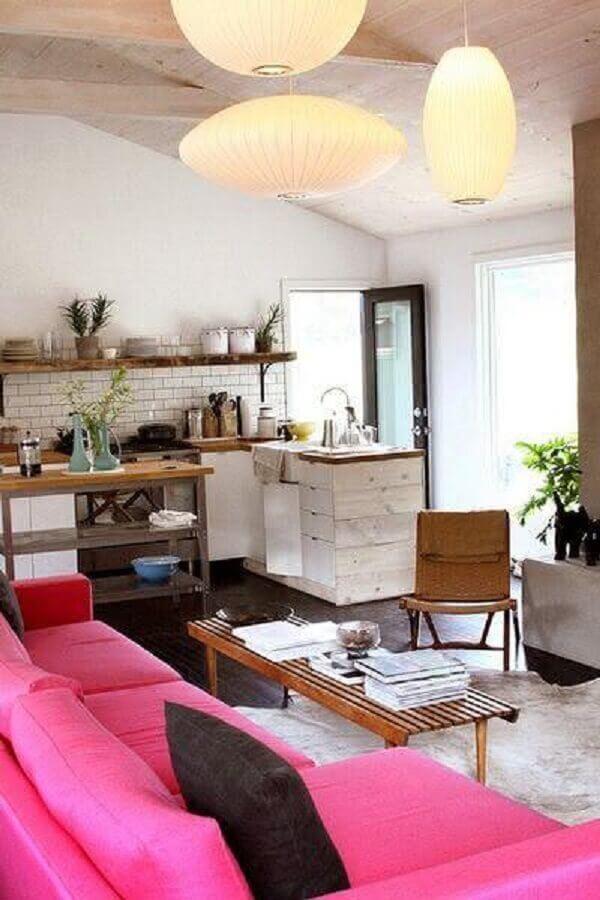 sala com sofá rosa e mesa de centro em madeira