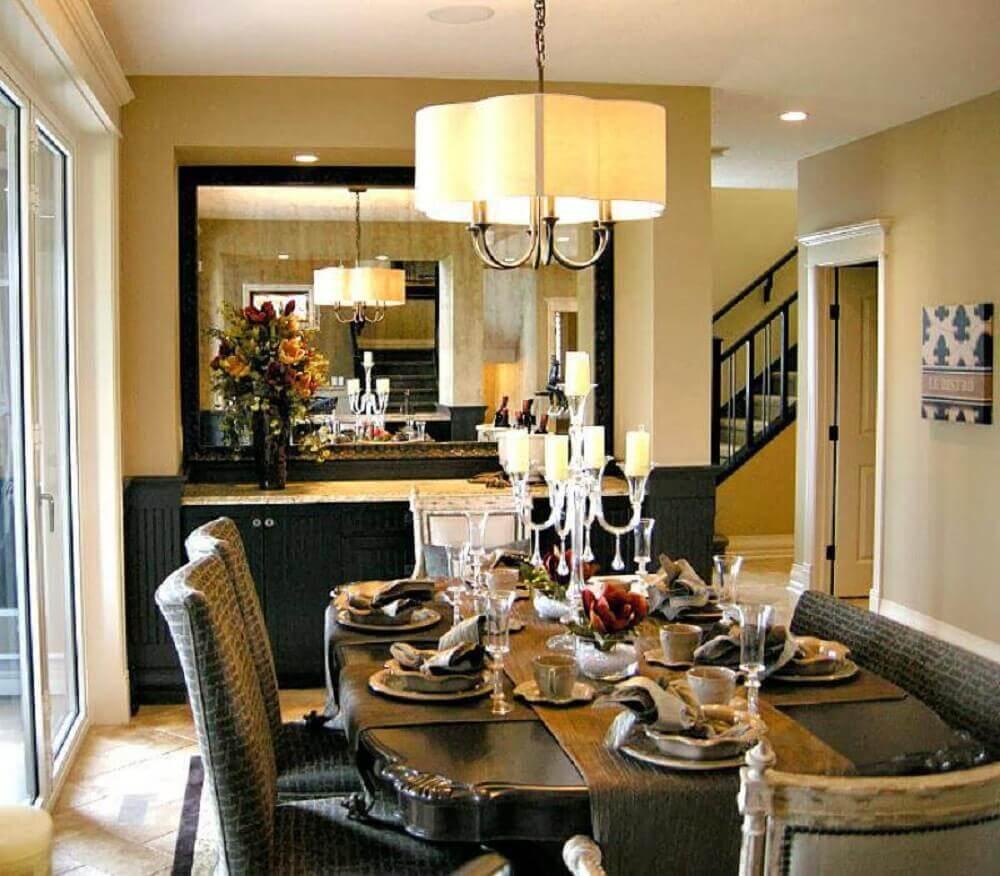 sala de jantar com espelho de moldura preta