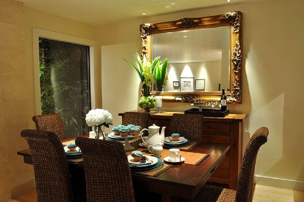 sala de jantar com espelho decorativo