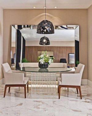 sala de jantar com espelho facetado apoiado no piso