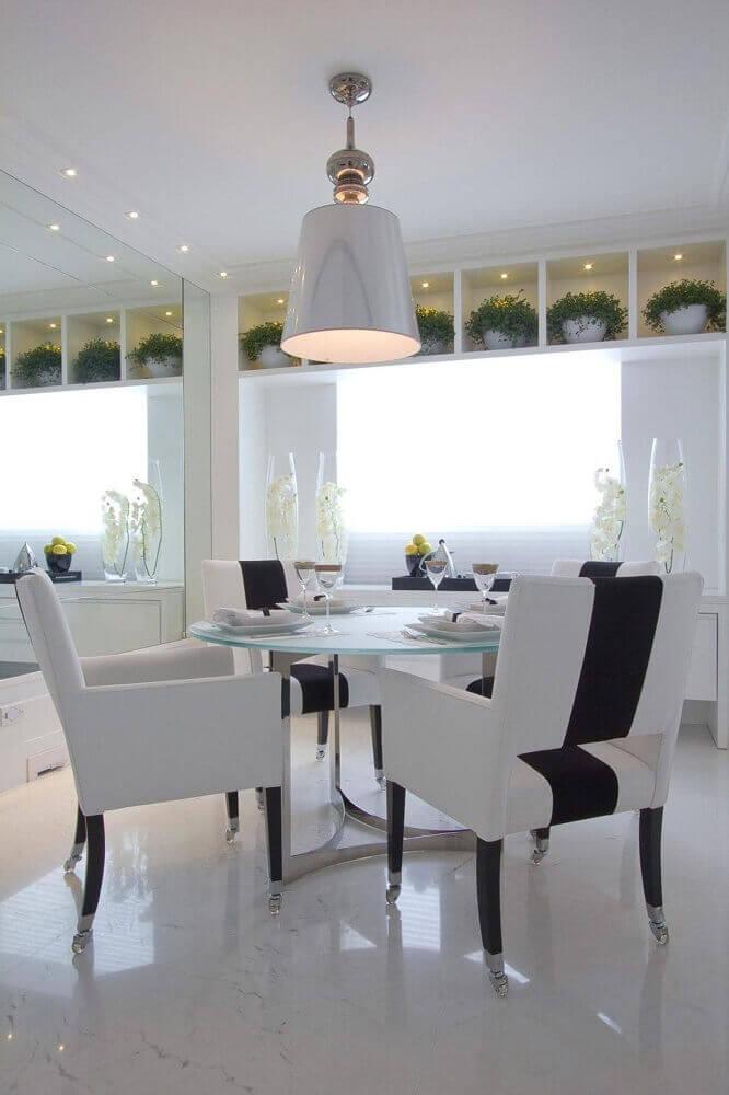 sala de jantar com modelos de mesa de vidro