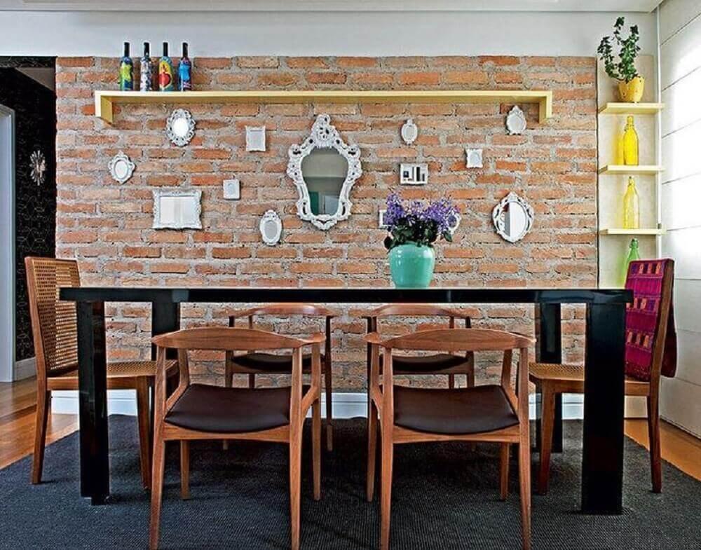 sala de jantar com vários espelhos decorativos