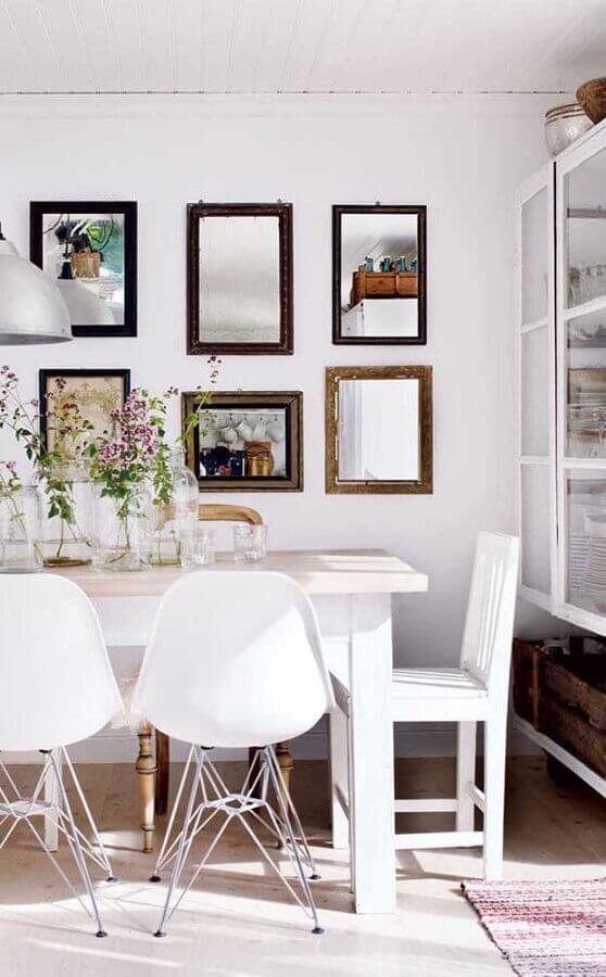 sala de jantar decorada com espelhos pequenos Foto Futurist Architecture