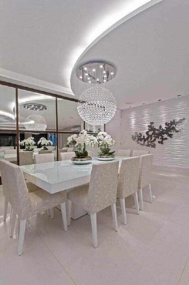 sala de jantar linda com luminária de cristais e parede de gesso 3D
