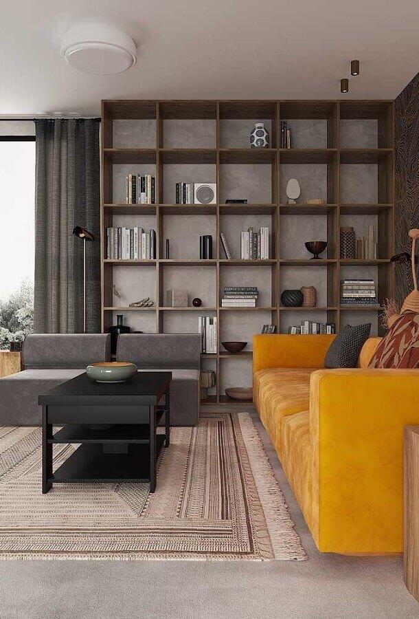 sofá amarelo para decoração de sala cinza com estante de madeira  Foto Apartment Therapy