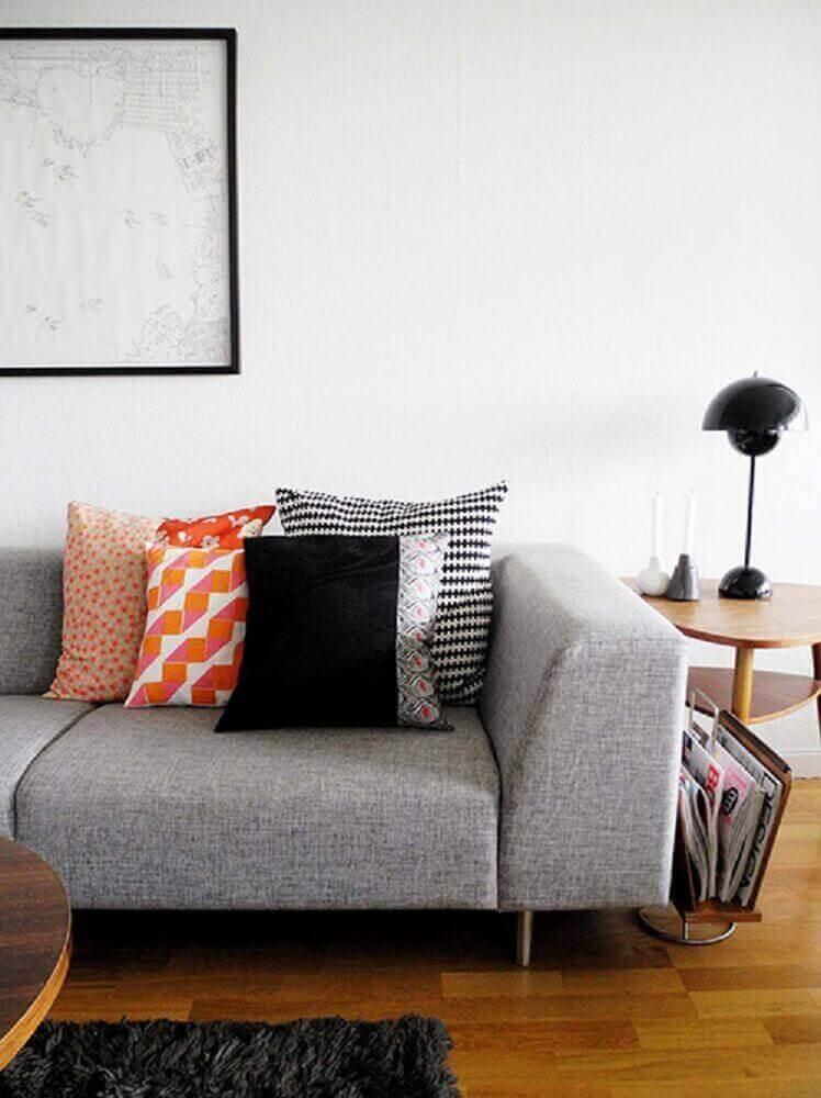 sofá cinza com almofadas estampadas e coloridas