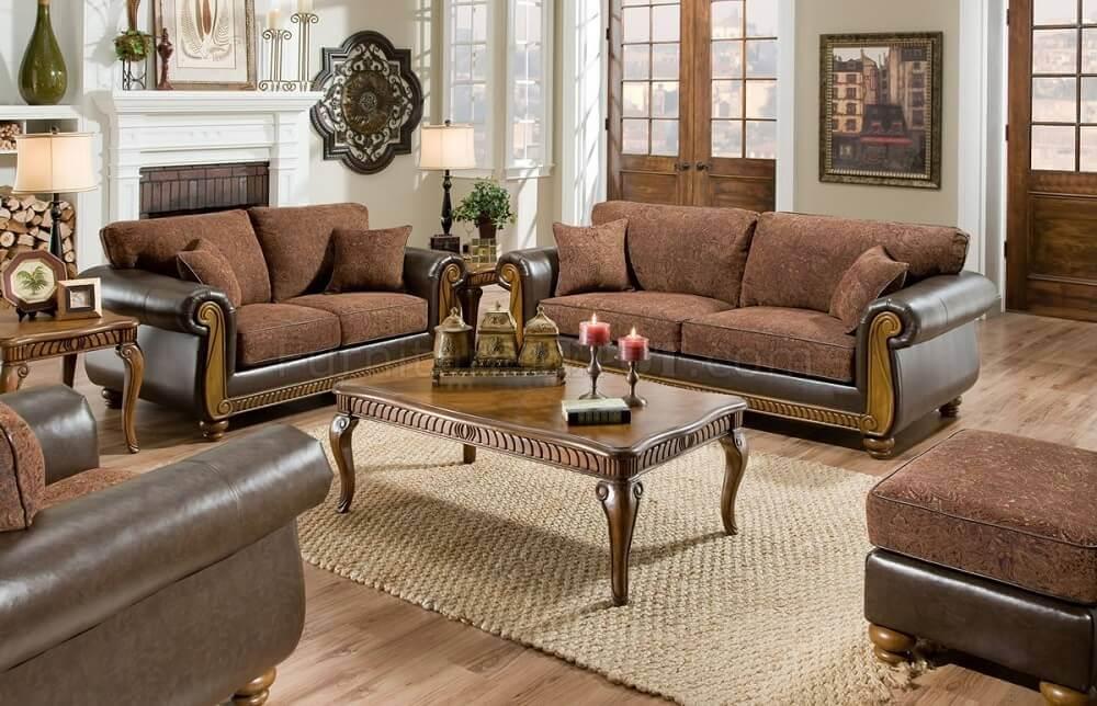 sofá com almofadas marrons