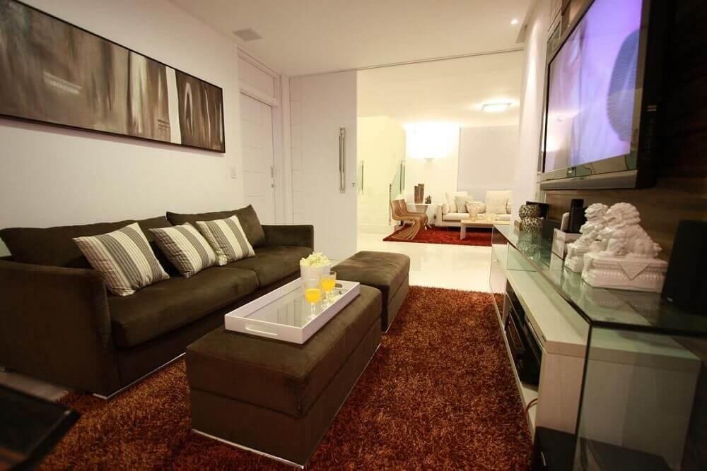 Sofá marrom com almofadas listradas