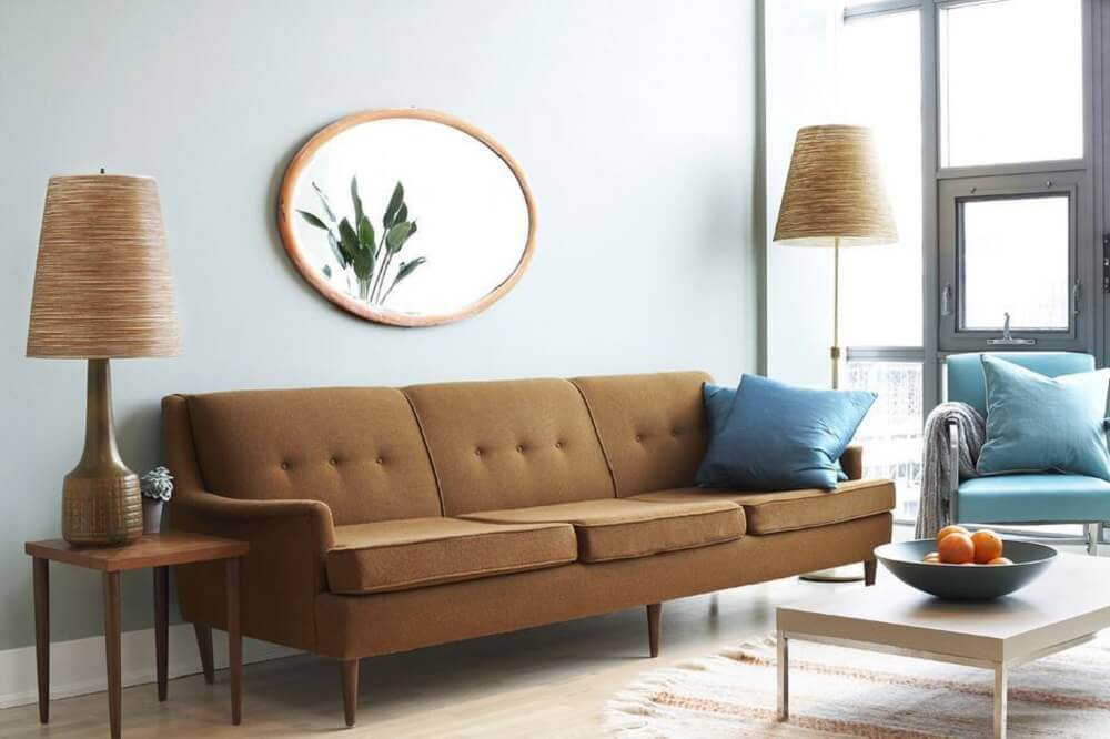 sofá marrom com almofadas azul turquesa