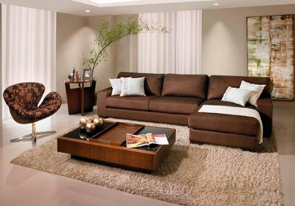 sofá marrom com almofadas e manta