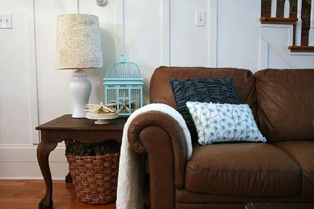 sofá marrom com almofadas pretas