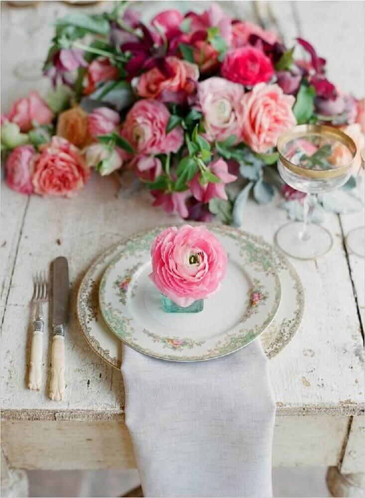 sousplat com estampa delicada de flores