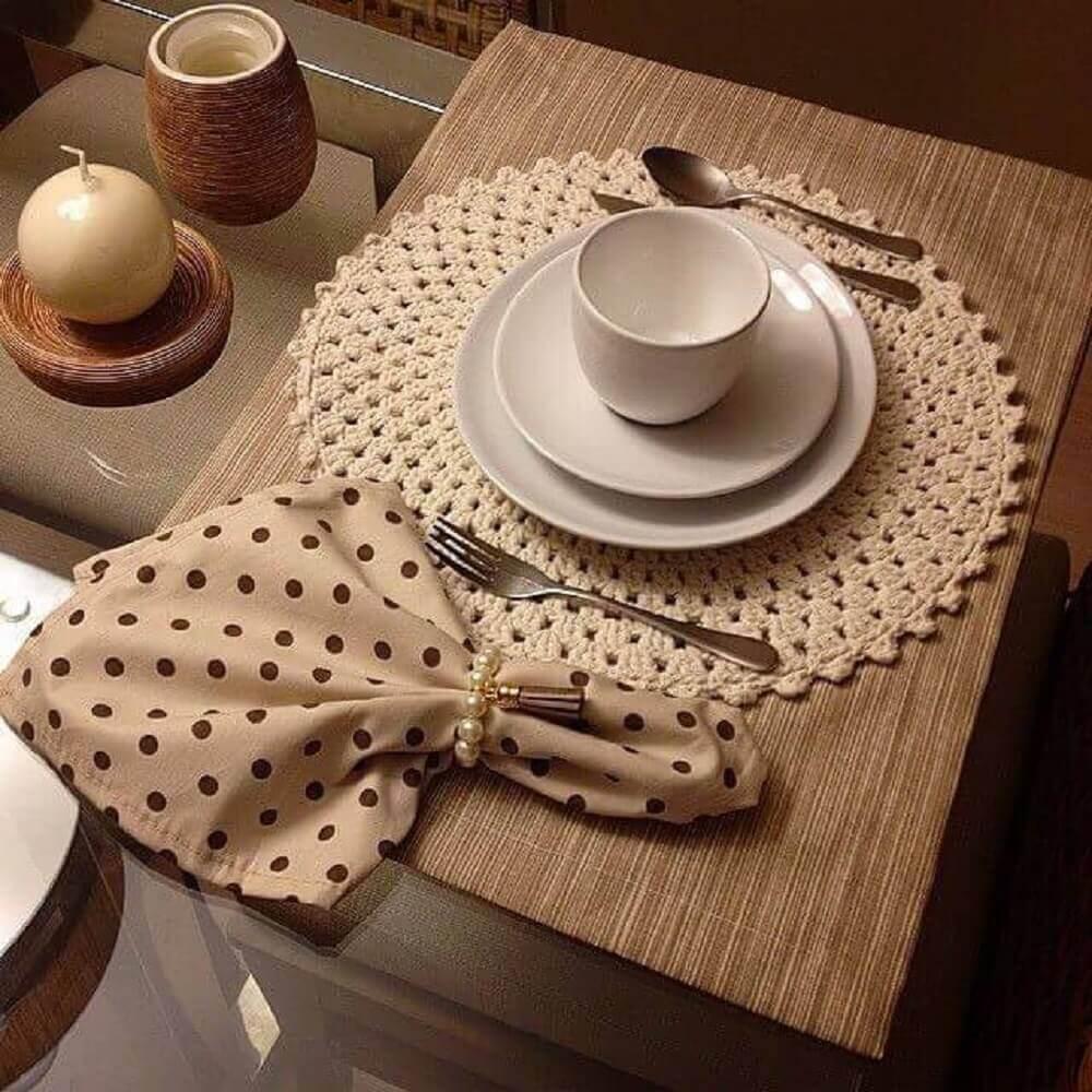 sousplat de crochê bege com guardanapo poas
