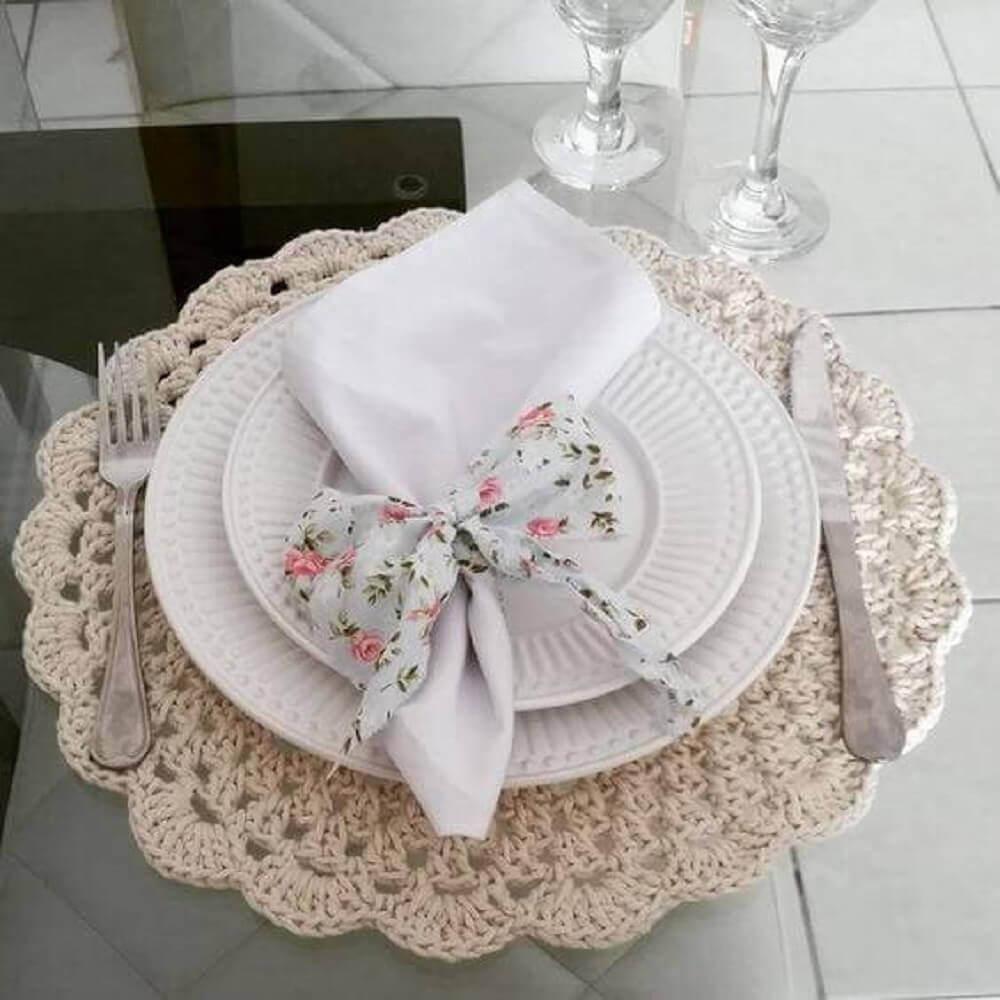 sousplat de crochê com guardanapo florido