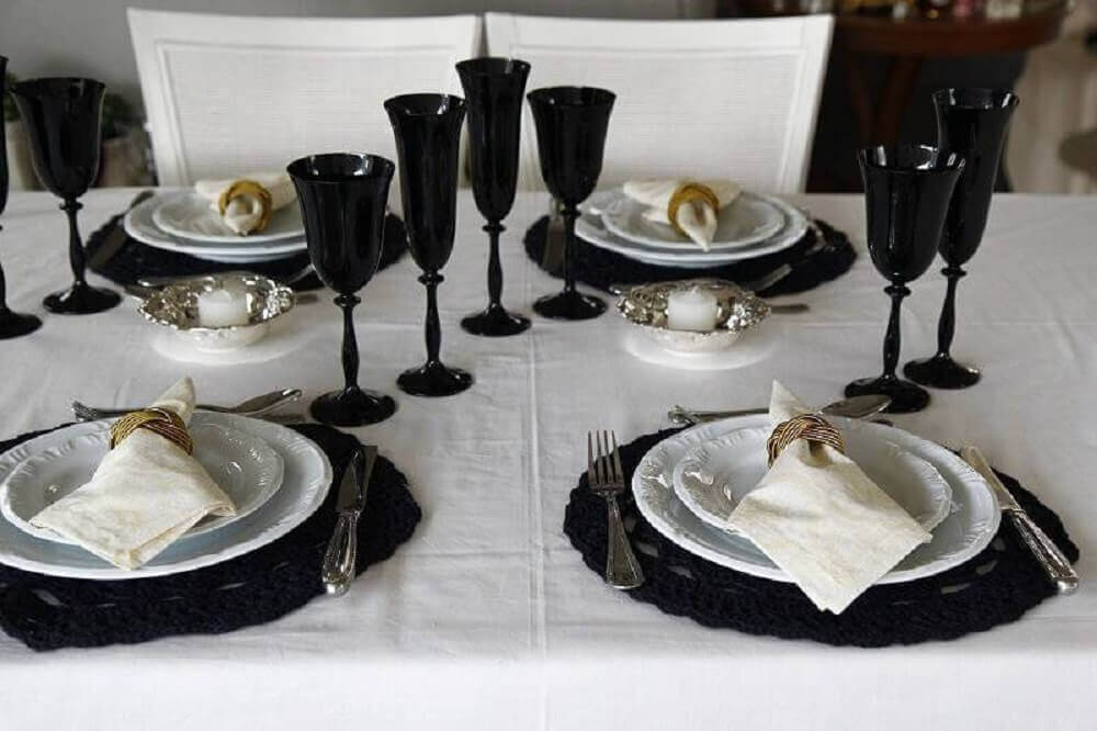 sousplat de crochê preto mesa com toalha branca