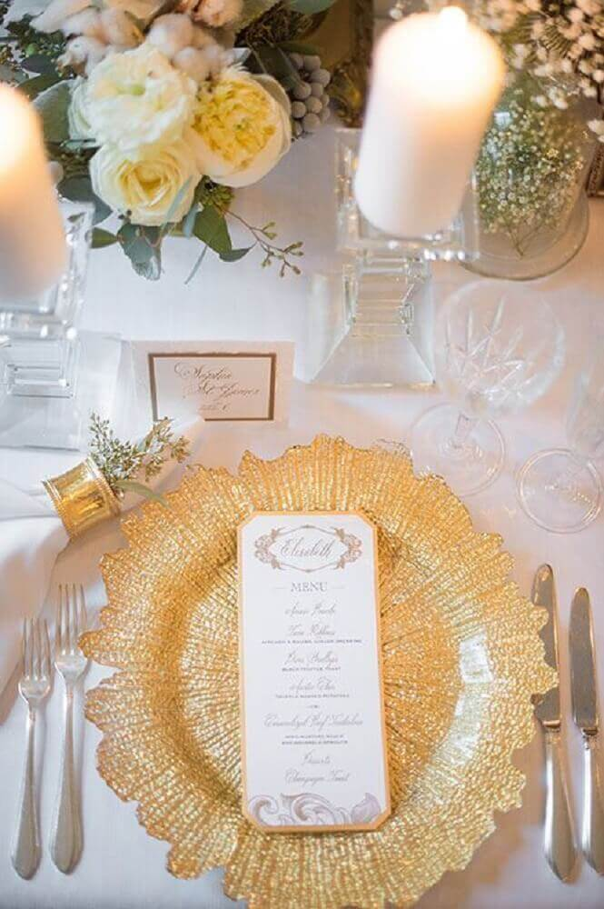 mesa com sousplat dourado