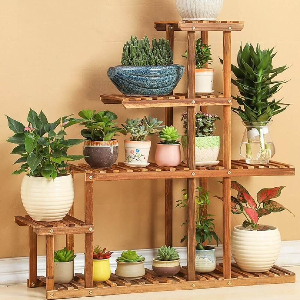 Suporte para vasos de plantas em madeira.