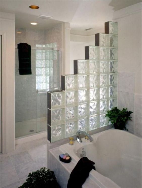 tijolo de vidro - banheiro com divisória de tijolo de vidro
