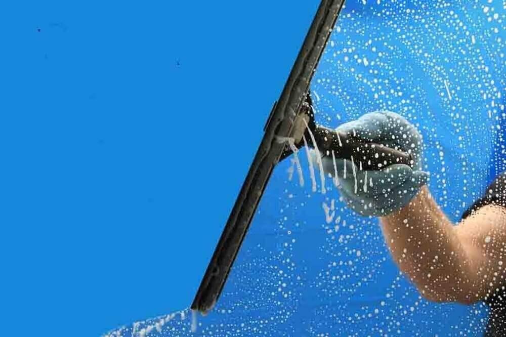 utilize um rodo para secar o box de banheiro
