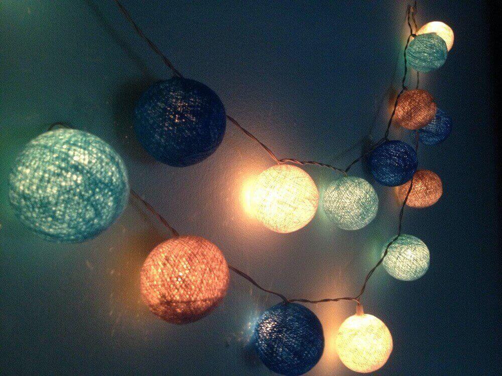varal de pisca pisca com luminárias de barbante