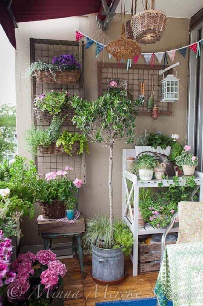 decoração de varanda com muitos vasos de plantas