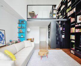 A estante feita sob medida preenche toda a parede do imóvel. Projeto de A.M Studio Arquitetura