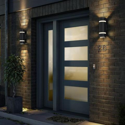 Arandelas externas aos lados da porta