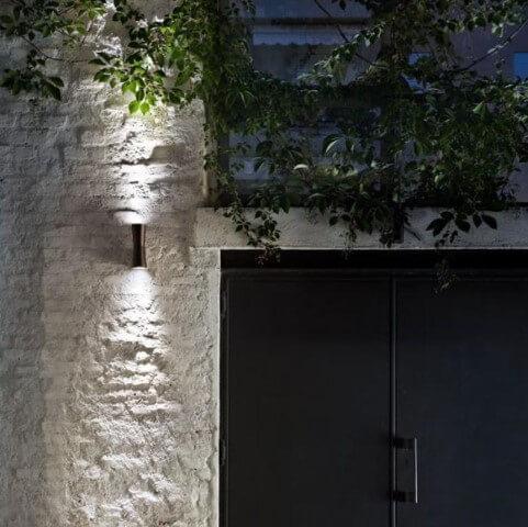 Arandelas externas com dois fachos de luz