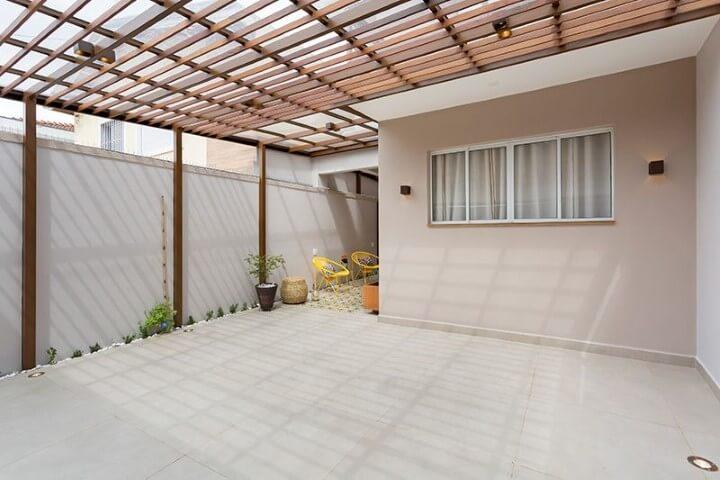 Arandelas externas em quintal Projeto de Juliana Conforto