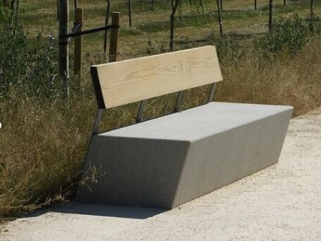Banco de concreto com encosto de madeira