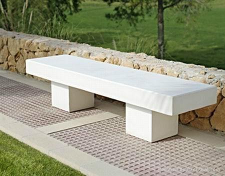 Banco de concreto com linhas retas