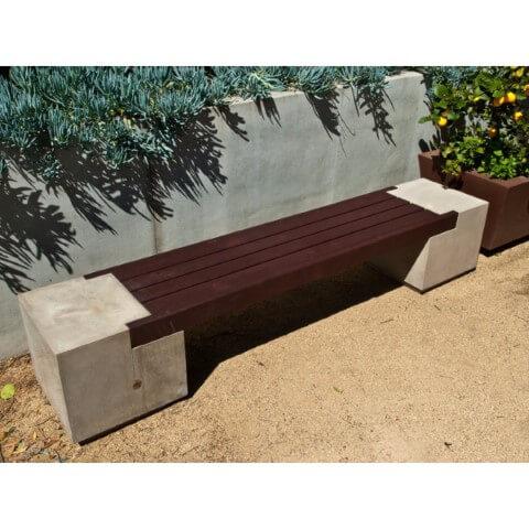 Banco de concreto com madeira escura