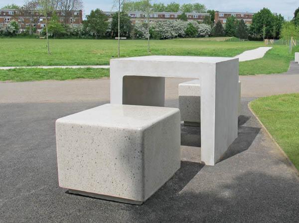 Banco de concreto e mesa