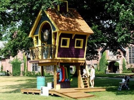 Casa na árvore colorida