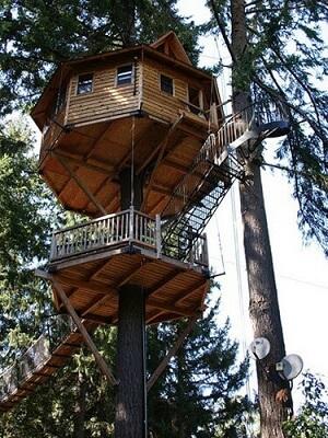 Casa na árvore com deck abaixo