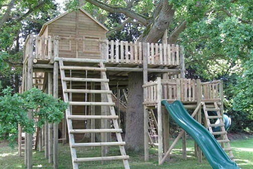 Casa na árvore com escorregador