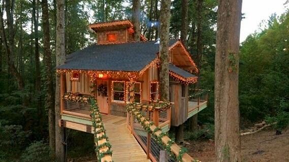 Casa na árvore com luzes pisca-pisca