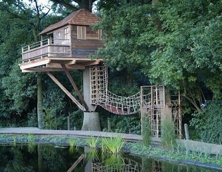 Casa na árvore com sacada