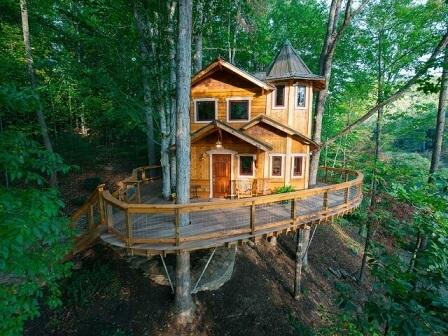 Casa na árvore com sacada ampla