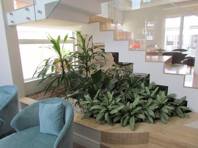 Como fazer um jardim de inverno com várias plantas embaixo da escada Projeto de Mattiolli e Claudino