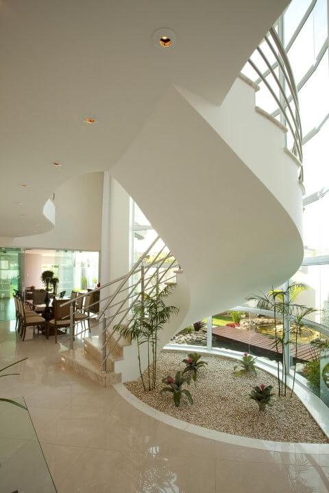 Como fazer um jardim de inverno embaixo de escada Projeto de Aquiles Nicolas Kilaris