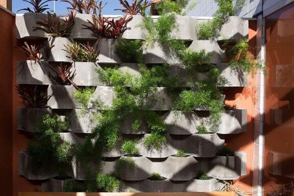 Como fazer um jardim vertical com estrutura de concreto Projeto de Mutabile