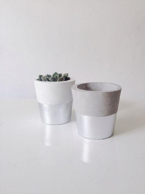 Como fazer vaso de cimento com pintura prateada