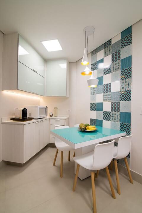 Cozinha com mesa azul Tiffany Projeto de Ingrid Rosien Nichols