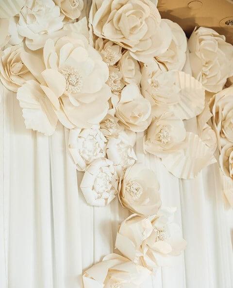 Decoração com flores de papel claras