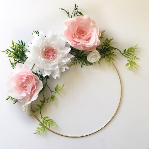 Decoração com flores de papel com arco