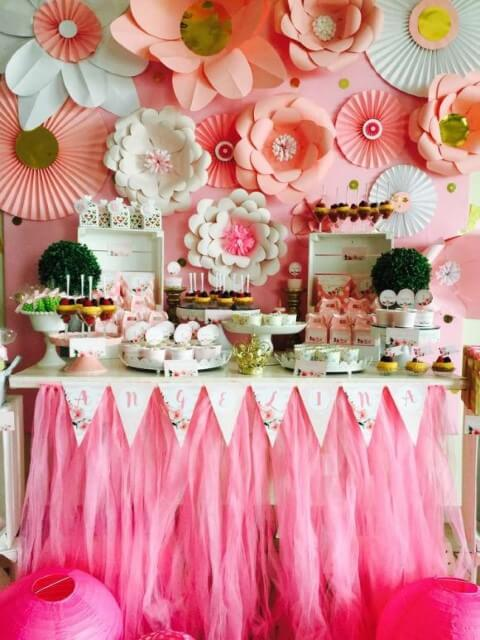 Decoração com flores de papel cor-de-rosa