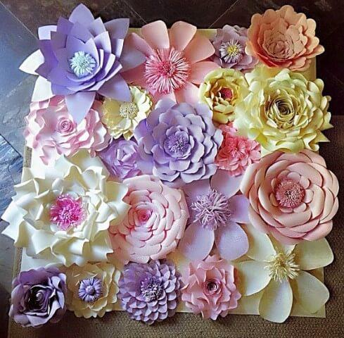 Decoração com flores de papel de cores diversas