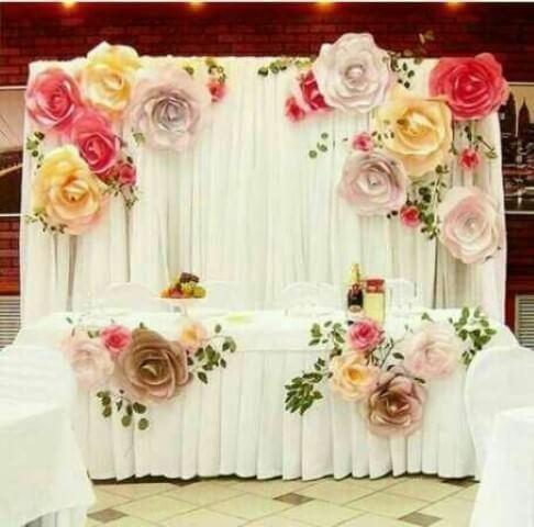 Decoração com flores de papel em mesa
