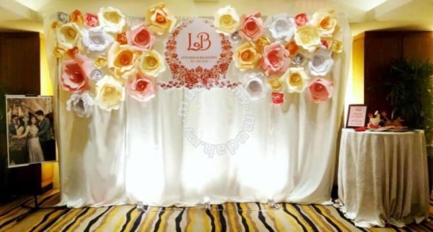 Decoração com flores de papel em mural para fotos
